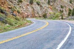 Blåsigt bergväg till och med kanjonen Royaltyfri Bild