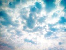 Blåsigt och den blåa himlen arkivfoton