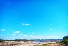 Blåsigt och den blåa himlen arkivfoto