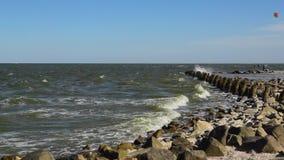 Blåsigt på den Azov havskusten stock video