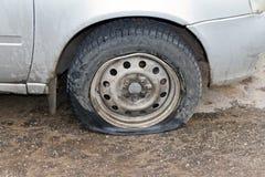 Blåst bort av hjulet av bilen Arkivfoton