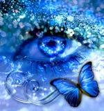 Blått öga med en fjäril Arkivbild