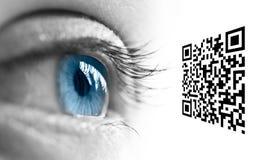 Blått öga och QR-kod Arkivbilder