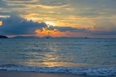 blått Andaman hav, härliga moln och orange himmel Arkivbilder