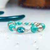 Blått armband med den blåa crystal stenen arkivbild