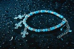 Blått armband med droppar av vatten Fotografering för Bildbyråer