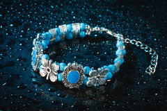 Blått armband med droppar av vatten arkivfoto