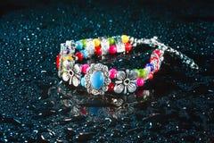Blått armband med droppar av vatten Royaltyfri Fotografi