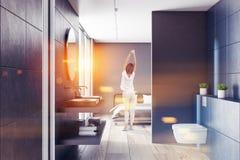 Blått badrum, grå sovruminre, kvinna royaltyfri illustrationer