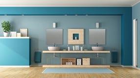 Blått badrum med den dubbla vasken Arkivfoto