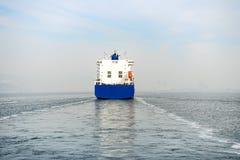 Blått behållareskepp som kryssar omkring på havet Arkivfoto