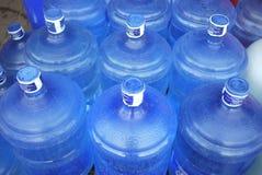 Blått bevattnar buteljerar Arkivfoto