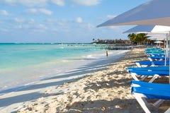 Blått bevattnar stranden Arkivfoto