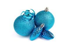 Blått blänker julbollar och kottar som isoleras Arkivfoto