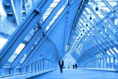 blått brokorridorexponeringsglas Arkivfoto