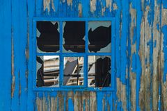 Blått brutet träväggfönster royaltyfri foto