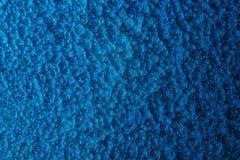 Blått bultad metallbakgrund, abstrakt metallisk textur, ark av metallyttersida som målas med hammaremålarfärg Royaltyfri Bild