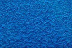 Blått bultad metallbakgrund, abstrakt metallisk textur, ark av metallyttersida som målas med hammaremålarfärg Arkivfoton