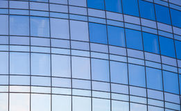 blått byggnadsexponeringsglas som göras spegelförsedd kontorsvägg Royaltyfri Fotografi