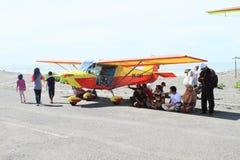 Blått Cesna flygplan på Airshow royaltyfri bild