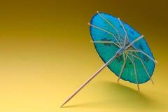 blått coctailparaply Arkivfoto