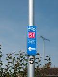 Blått cykla rutttecken utanför 51 Royaltyfri Foto