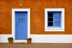 blått dörrfönster royaltyfria foton