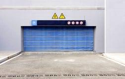 blått dörrgarage Arkivfoton