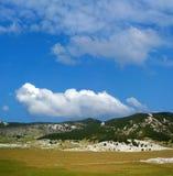 blått dinaraberg över skyen Arkivfoto