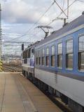 Blått drev med den diesel- lokomotivet på den tomma plattformen i drevsta Arkivfoto