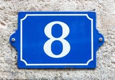 Blått emaljhus nummer 8 för tappning Royaltyfria Foton