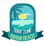 Blått emblem för Miami Beach som surfar tema Vektorillustrationen med havvågor och gömma i handflatan vektor illustrationer