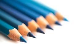 Blått färgade blyertspennor Arkivfoton