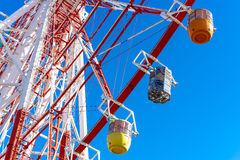 blått färgrikt ferrisskyhjul Arkivbild