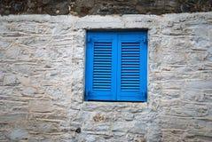 blått fönster royaltyfria bilder