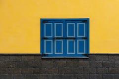 Bl?tt f?nster p? den gula fasaden, Cuenca, Ecuador royaltyfri fotografi