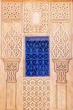Blått fönster på en vägg med arabiska prydnader Royaltyfri Fotografi
