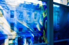 Blått fönsterslut upp fotografering för bildbyråer