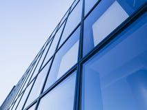 Blått för bakgrund för fasad för arkitekturdetalj tonar moderna Glass Royaltyfri Bild