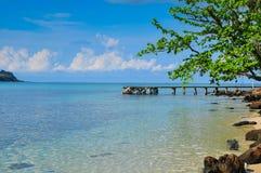 Blått för blå himmel Oceanon stranden på den Kood ön Royaltyfria Bilder