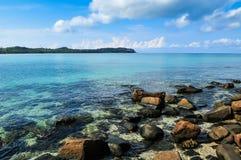 Blått för blå himmel Oceanon stranden på den Kood ön Arkivfoton