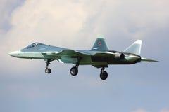 BLÅTT för den Sukhoi T-50 prototypen PAK-FA 055 är en visad strålkämpe för den femte utvecklingen, medan perfoming ett provflyg p Royaltyfri Fotografi
