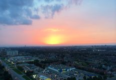 Blått för himmel för den härliga solnedgångstaden fördunklar rosa cityscape Royaltyfri Fotografi