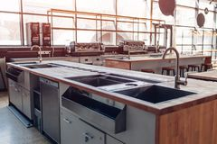 blått för kopplingston för dof lågt vatten Yrkesmässigt kök av restaurangen Moderna utrustning och apparater Tomt kök i morgonen arkivbild