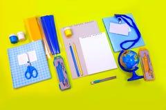 Blått för skrivbord för guling för brevpapper för anteckningsbok för bästa sikt för tillbehör för tillförsel för kontor för passa arkivfoto