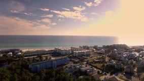 Blått för strand för kusthavvågor Ursnygg scenisk resor för en sikt längs tropisk kust som skottet fokuserar på ett kristallklart Fotografering för Bildbyråer