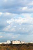 Blått fördunklar över stads- hus på horisont Royaltyfri Fotografi