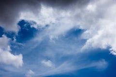 Blått fördunklar och vita luftdiagram Arkivfoto