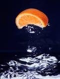blått fallande vatten för mandarinorange Arkivfoton