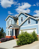 blått familjhus över skyen royaltyfri fotografi